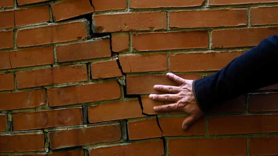 Una pared rota por efecto del sismo que estremeció hoy México