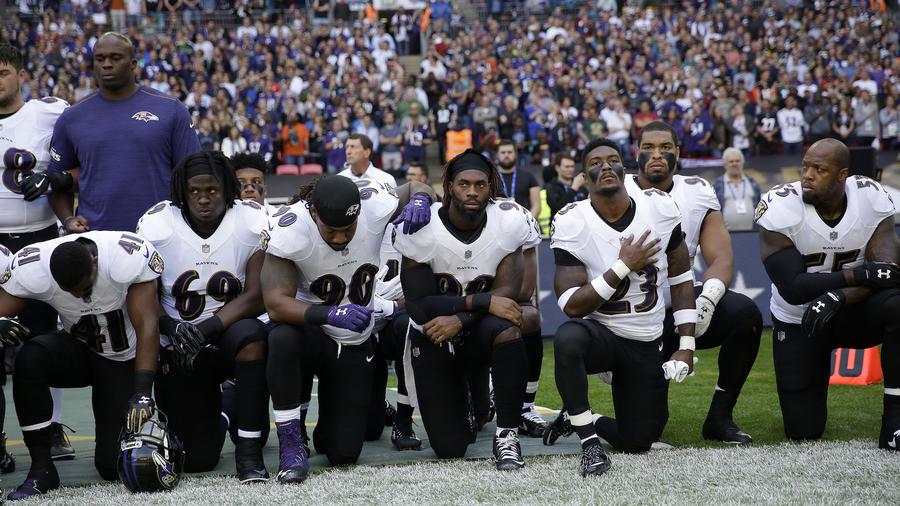 Jugadores de los Ravens de Baltimore se arrodillan durante la interpretación del himno nacional previo al partido contra los Jaguars de Jacksonville este domingo en Londres.