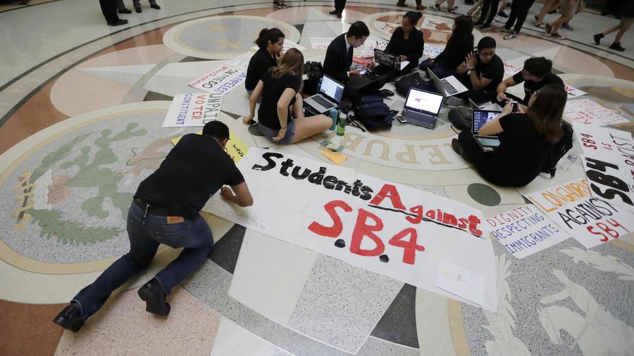 Protesta de estudiantes contra la ley SB4 en Texas el pasado abril.