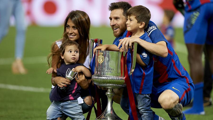 Leo Messi posando con su esposa y sus hijos
