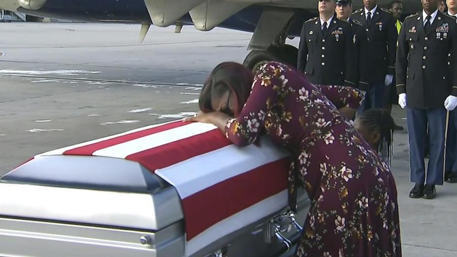 Myeshia Johnson llora sobre el ataúd de su marido, David Johnson, a su llegada a Miami ayer.