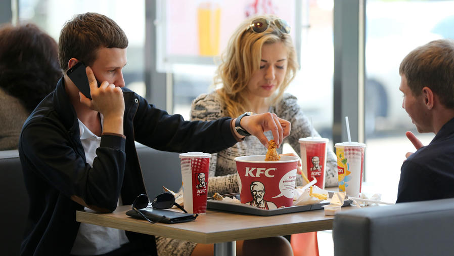 Personas comiendo en Kentucky Fried Chicken