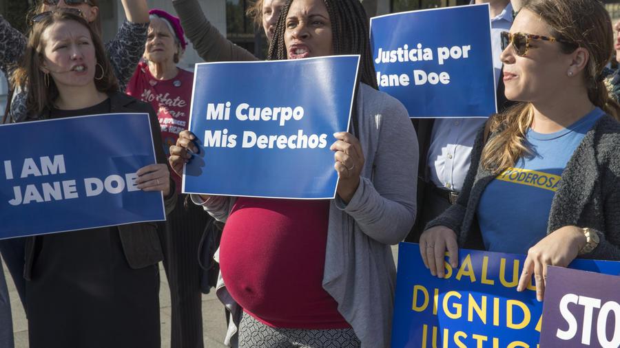 Activistas se manifiestan a las afuerasdel Departamento de Salud y Servicios Humanos en Washington en apoyo de una embarazada de 17 años detenida en una instalación para menores inmigrantes en Texas, el viernes 20 de octubre de 2017.