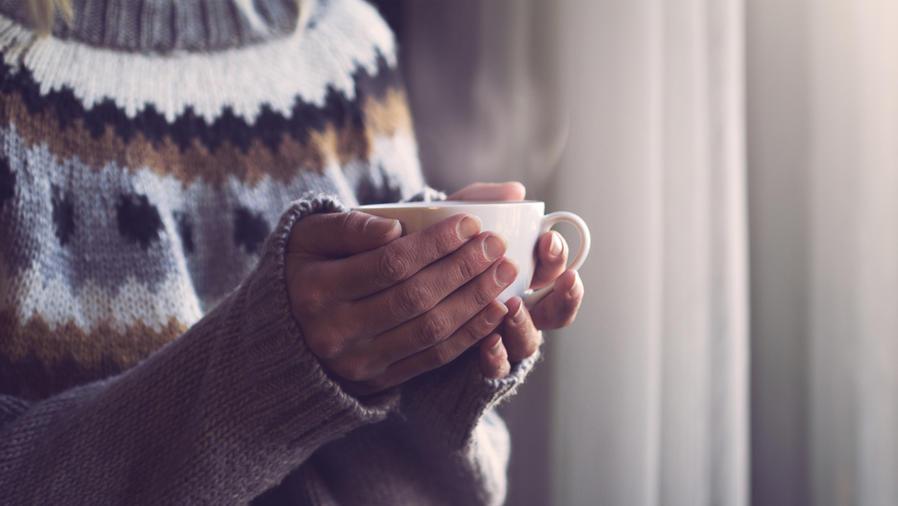 Mujer con una taza de bebida caliente
