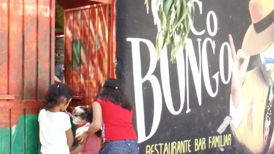 Niños entran a clases en el bar Coco Bongo.