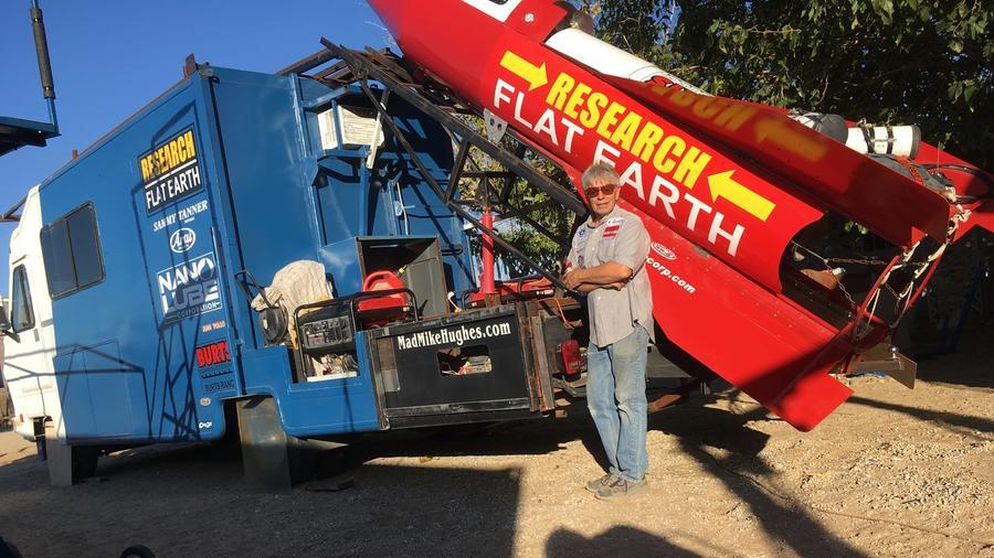 Mike Hughes posa frente a su cohete.