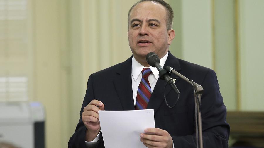 El asambleísta hispano de California. Raúl Bocanegra.