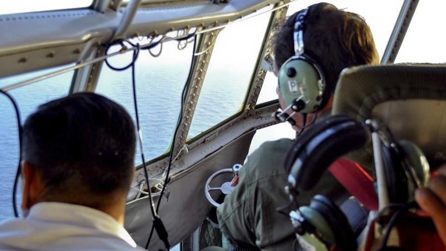 Miembros de la Fuerza Aérea Argentina buscan un submarino desaparecido en el Atlántico Sur, cerca de la costa argentina.