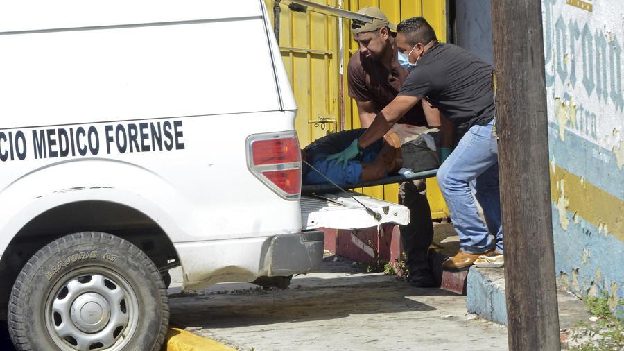 Forenses se llevan un cadáver de un bar en Acapulco.