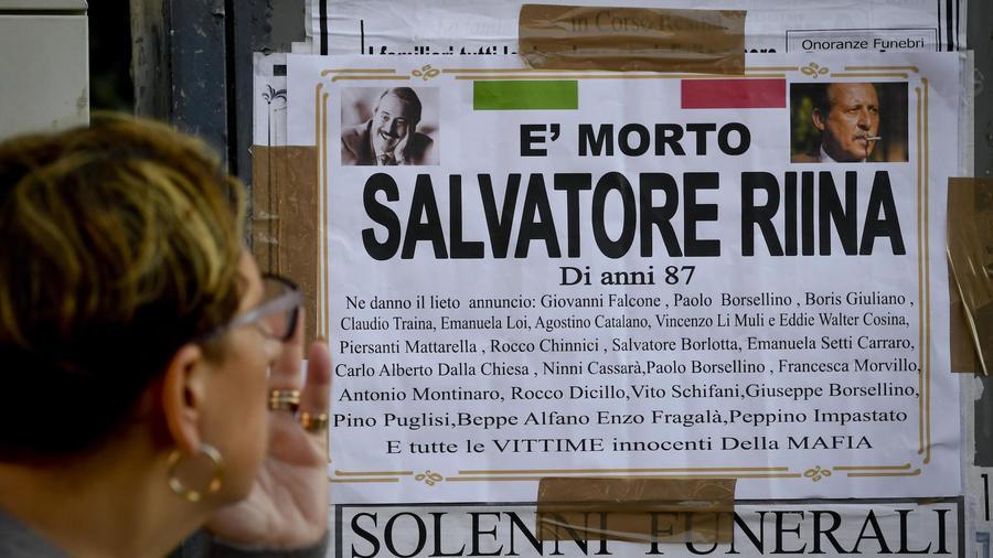 Un cartel sobre la muerte de Toto Riina, el viernes cerca de la ciudad italiana de Nápoles.