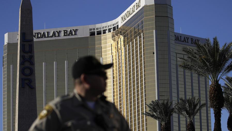 Un policía de Las Vegas, frente al casino Mandalay Bay el 3 de octubre.