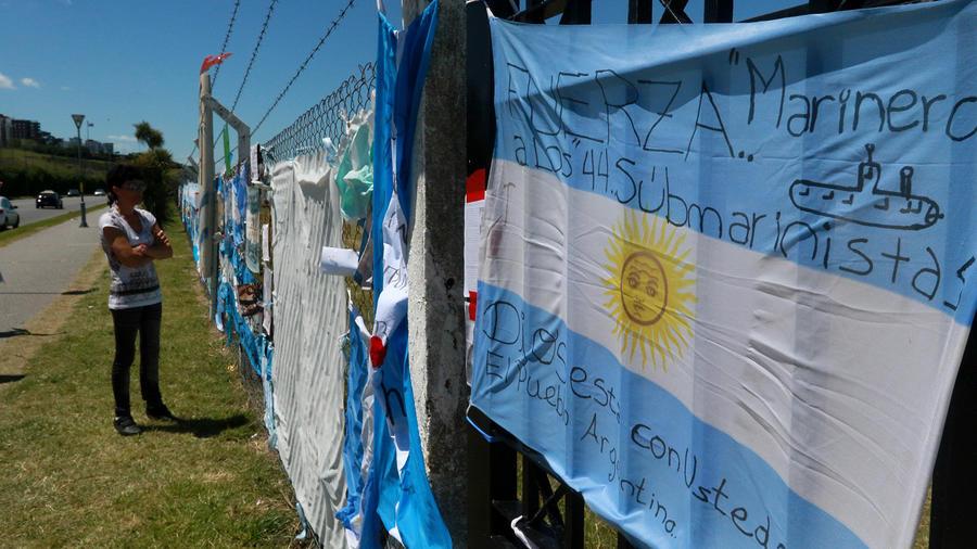 Familiares de tripulantes del ARA San Juan esperan noticias del submarino desaparecido
