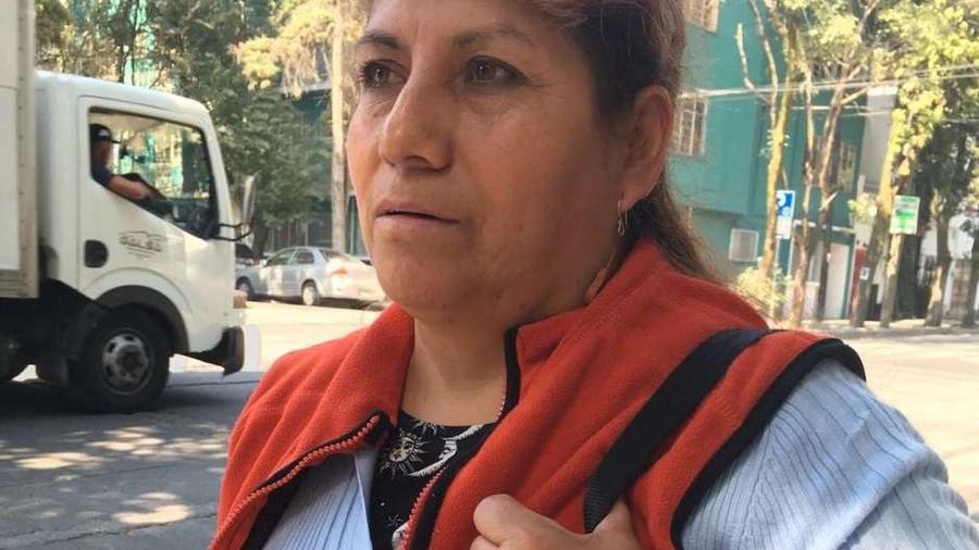 Rosa Seseña, limpiadora en la CDMX, camino a su trabajo.