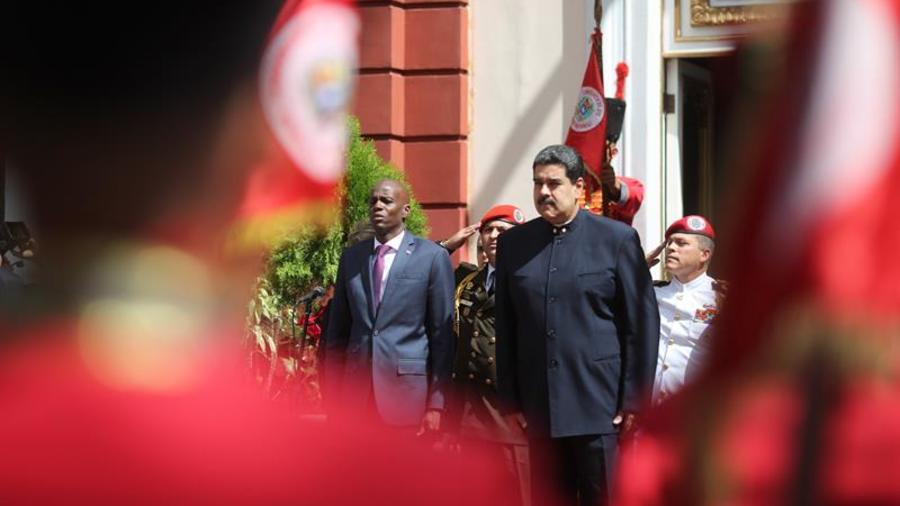 Fotografía cedida por el Palacio de Miraflores que muestra al presidente venezolano, Nicolás Maduro (d), mientras recibe a su homólogo de Haití, Jovenel Moise (i), el lunes 27 de noviembre de 2017, en el palacio presidencial de Miraflores, en Caracas.
