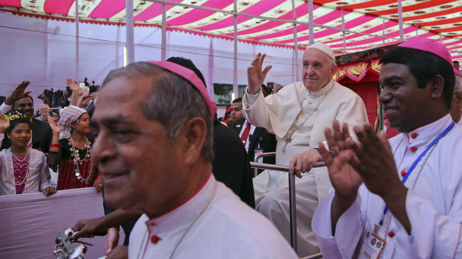 El papa Francisco durante su encuentro con la comunidad Rohingya, en Bangladesh.