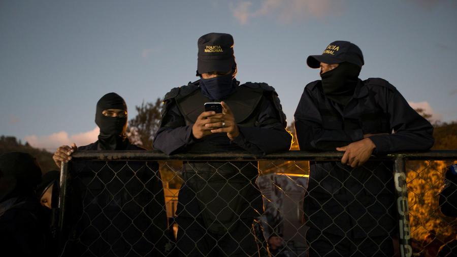 Policías de Honduras siguen en huelga