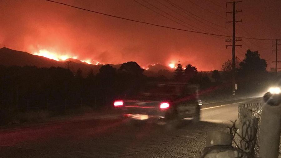 El incendio en Carpitenría, según una imagen de hoy divulgada por los bomberos del condado de Santa Bárbara.