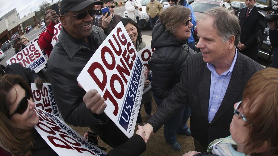 Doug Jones saluda a sus votantes durante la campaña.
