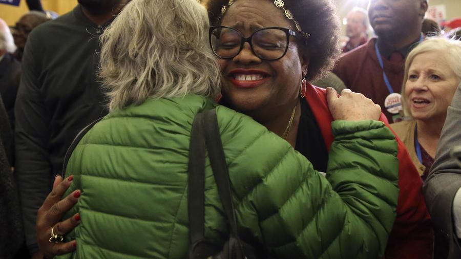 Votantes de Doug Jones celebran su triunfo en Alabama.