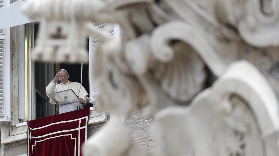 El Papa recita la oración del angelus en El Vaticano el 1 de enero.