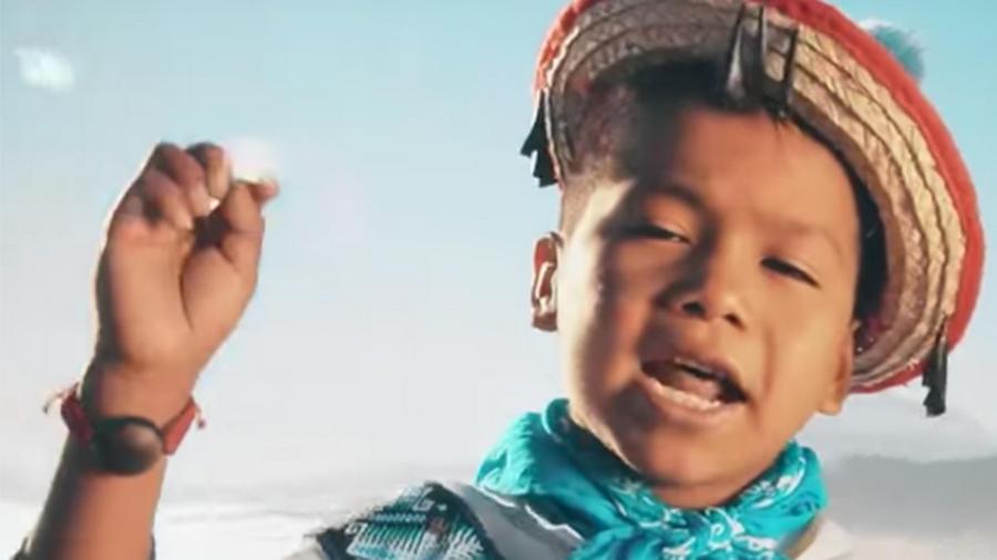 Un niño huichol protagoniza el anuncio.