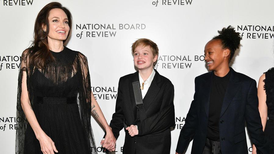 Angelina Jolie con Shiloh y Zahara en los National Board Review Awards 2018
