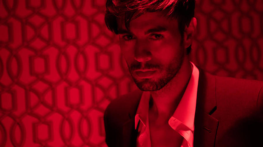 Enrique Iglesias en el video El Baño