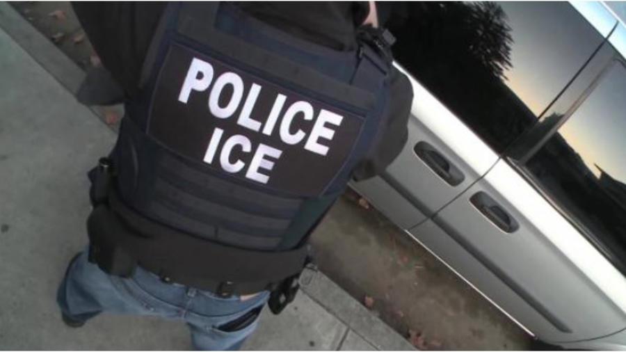 Un agente del Servicio de Inmigración y Aduanas (ICE) durante un operativo en una foto de archivo.