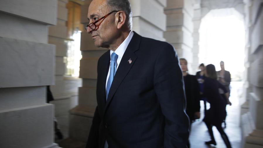 El líder del bloque demócrata en el Senado, Chuck Schumer, ingresa al Capitolio después de reunirse con el presidente Donald Trump, el viernes 19 de enero de 2018, en Washington.