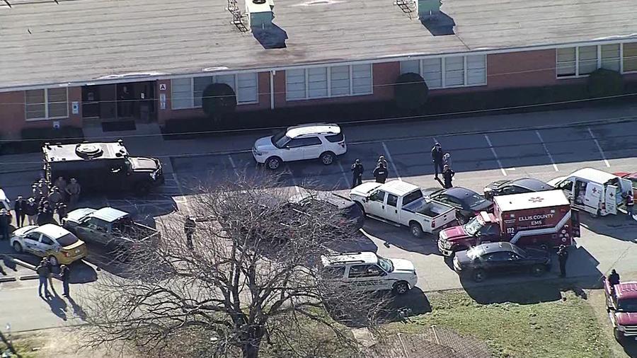 Agentes de policía, este lunes junto a la escuela de Italy, Texas.