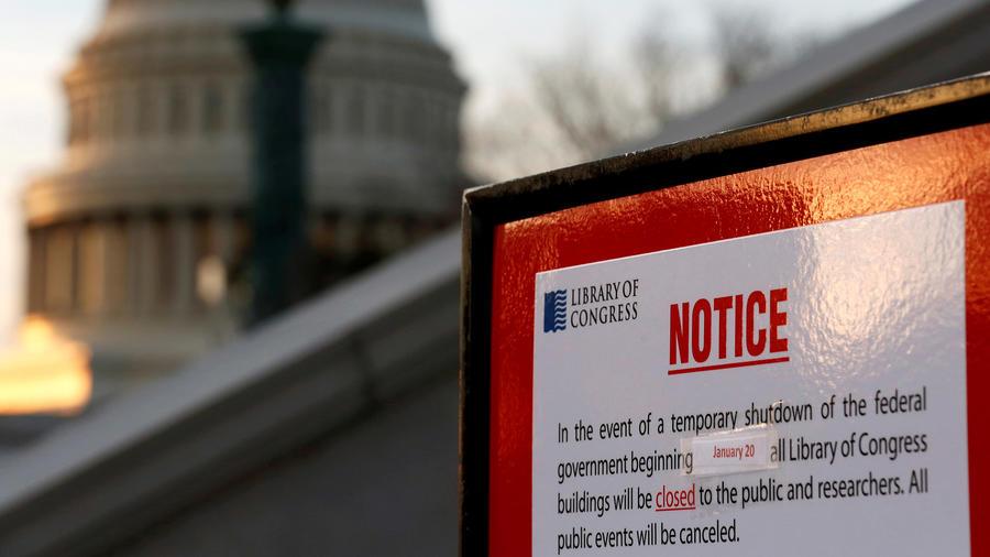 Un cartel anuncia el cierre de la Biblioteca del Congreso en Washington D.C. tras el cierre parcial de la administración.