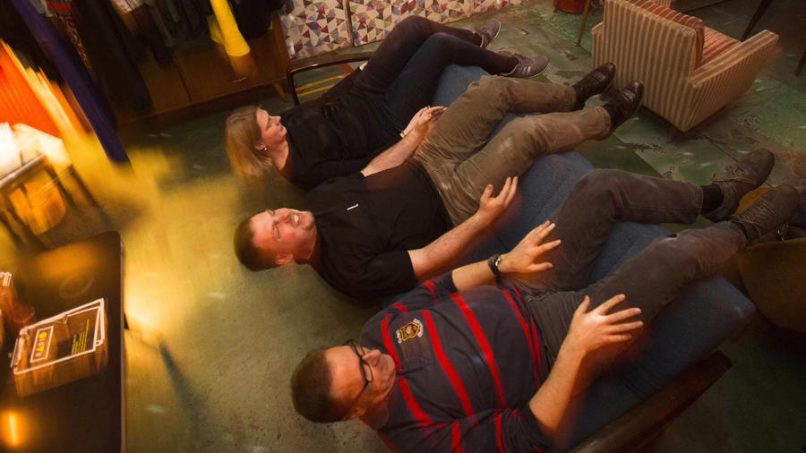 De izquierda a derecha, Patricia Bernreuther, Torben Bertram y Norbert Buddendick se ejercitan sentados en un sofá