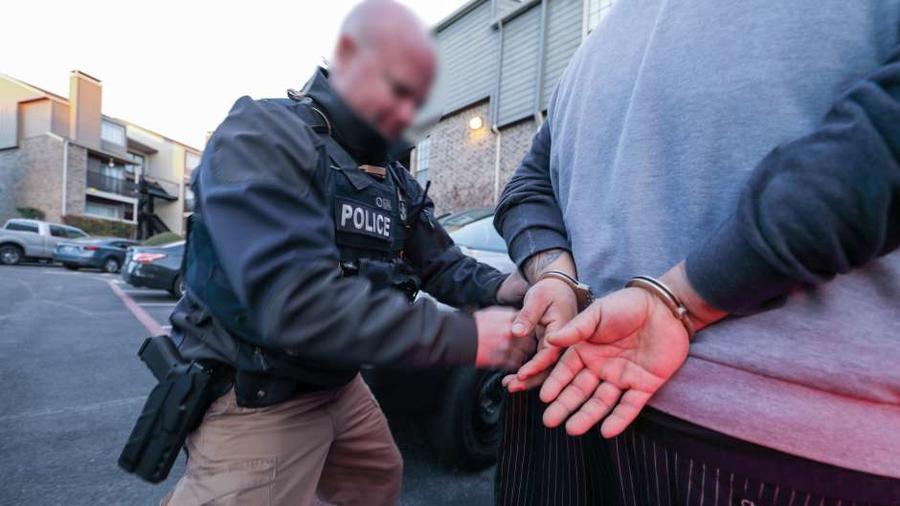 En 2017 ICE arrestó a 105,736 inmigrantes condenados por crímenes