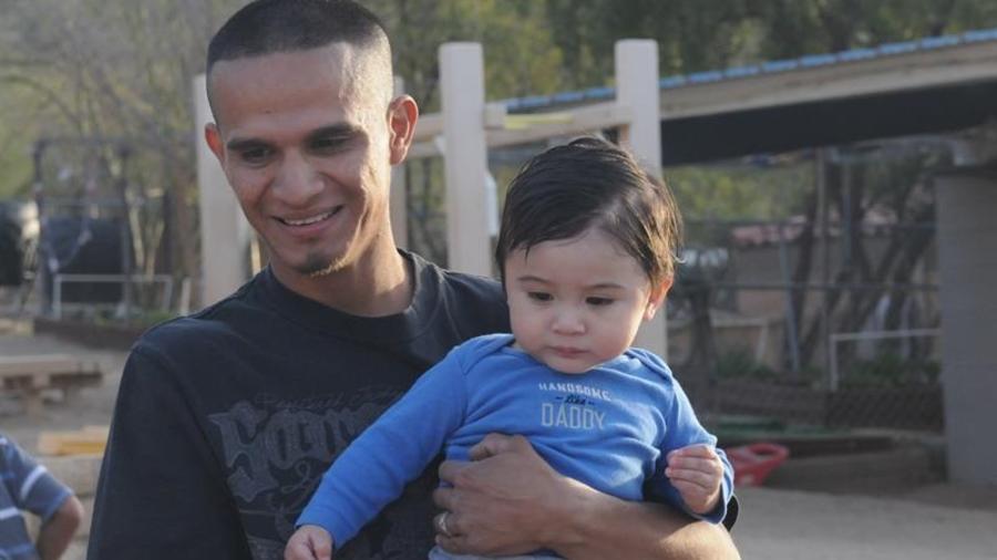 Jesús Berrones sostiene en brazos a uno de sus cinco hijos, este sábado.