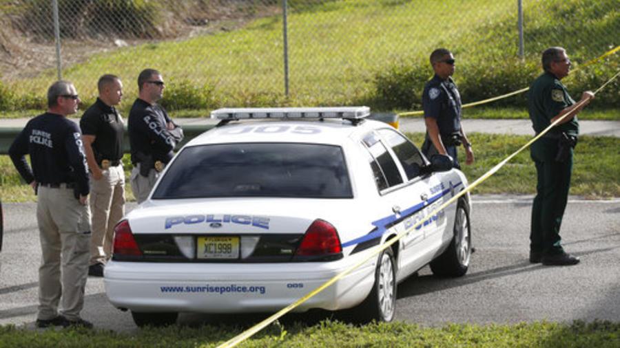 Oficiales bloquean la entrada al centro Marjory Stoneman Douglas tras el tiroteo