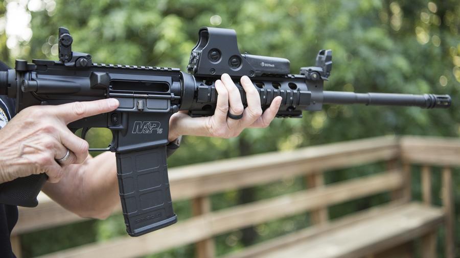 Imagen de un AR-15, un fusil semiautomático ligero de 5,56 mm, accionado por gas.