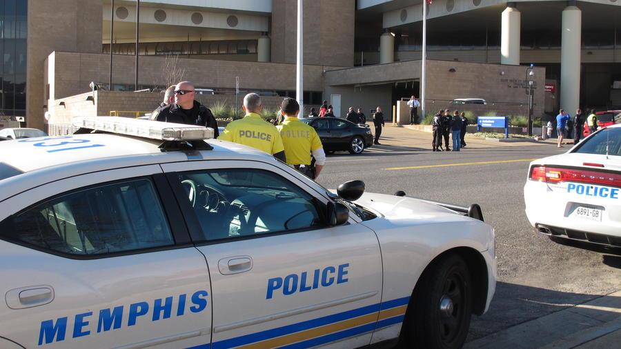 Imagen de archivo de coche de policía y agentes de Memphis en 2012.