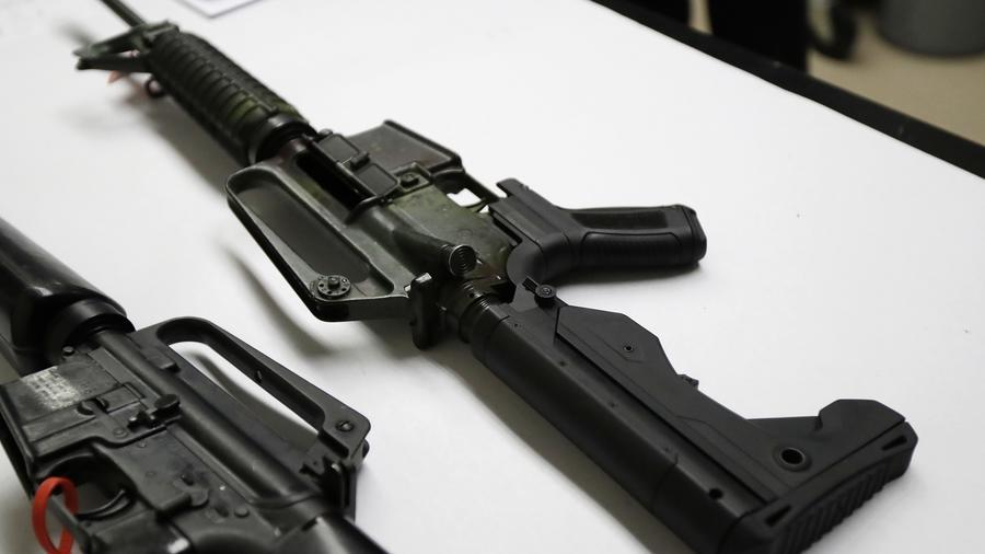 """Un rifle con el dispositivo """"bump stock"""" puesto."""