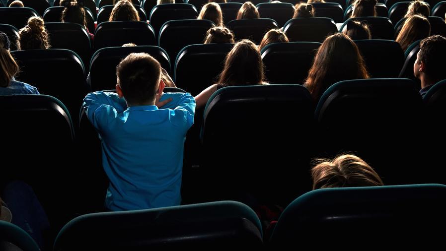 Niños en butacas en el cine