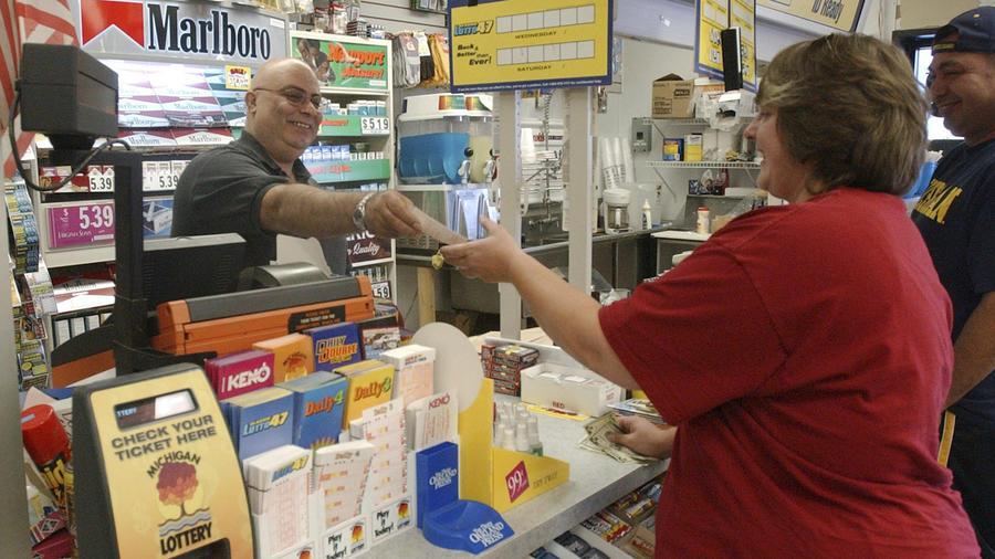Una cliente compra un boleto de lotería en Michigan, en una imagen de archivo.