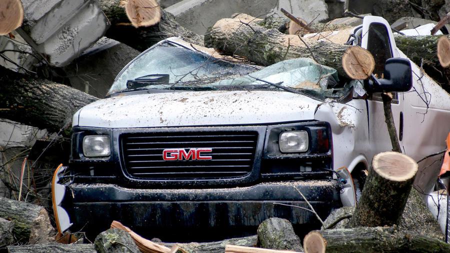 Daños en un automóvil por la tormenta en Millvale, Pennsylvania.