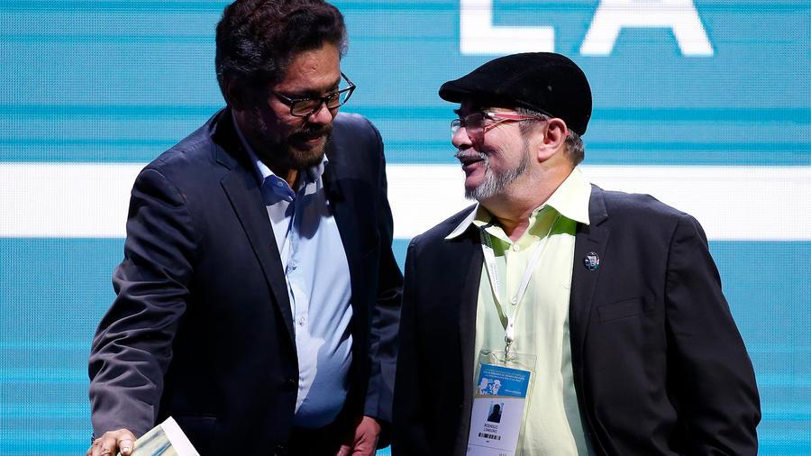 Archivo: Los ex líderes de la guerrilla colombiana FARC, Rodrigo Londoño alias Timochenko (der.) e Iván Márquez (izq.)