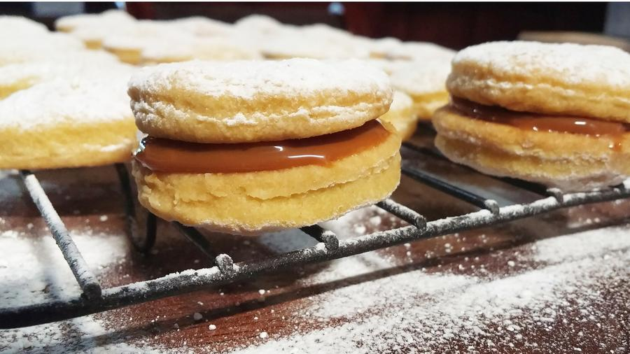 Alfajores dusted with sugar.