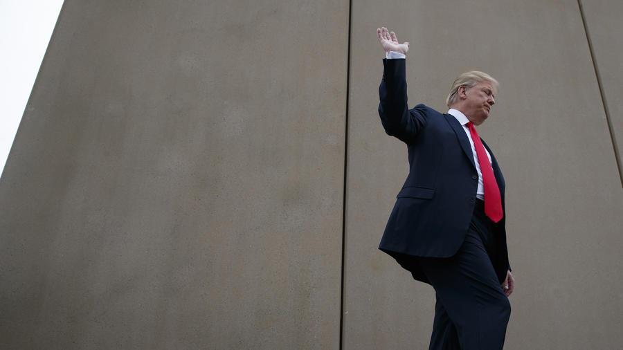 Trump, este martes junto a un prototipo del muro fronterizo en San Diego (California).