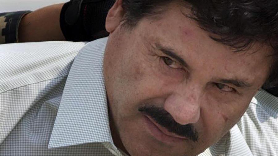 El Chapo, escortado por soldados mexicanos en esta foto de archivo en la Ciudad de México el 22 de febrero de 2014.