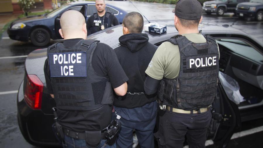 En esta fotografía del 7 de febrero de 2017 publicada por el Servicio de Inmigración y Control de Aduanas,un extranjero es arrestado durante un operativo efectuado por ICE en Los Ángeles.