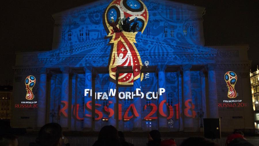 El logotipo de la Copa del Mundo 2018, proyectado sobre un teatro en Moscú, Rusia, en esta foto de archivo del 29 de octubre 2009.
