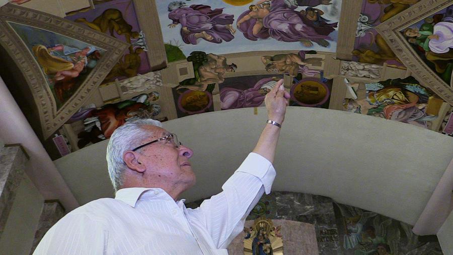 Miguel Macías enseña su obra, en una iglesia de Ciudad de México, el 19 de marzo pasado.