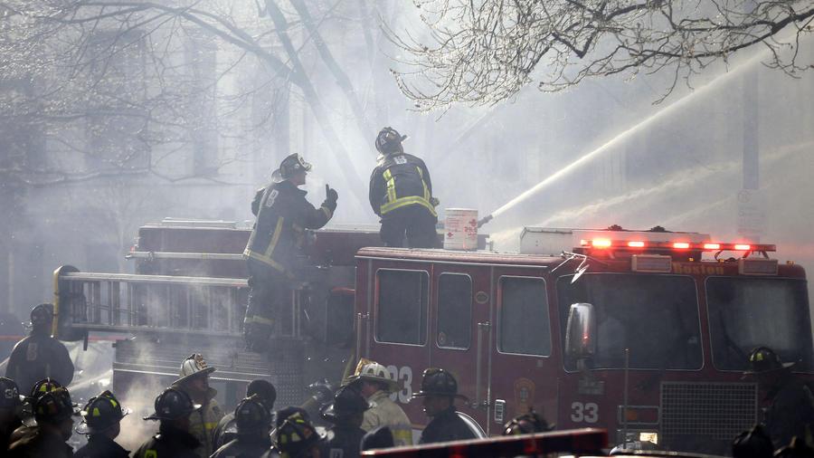El cuerpo de bomberos de Boston combate un incendio, en esta foto de archivo del 26 de marzo de 2016.