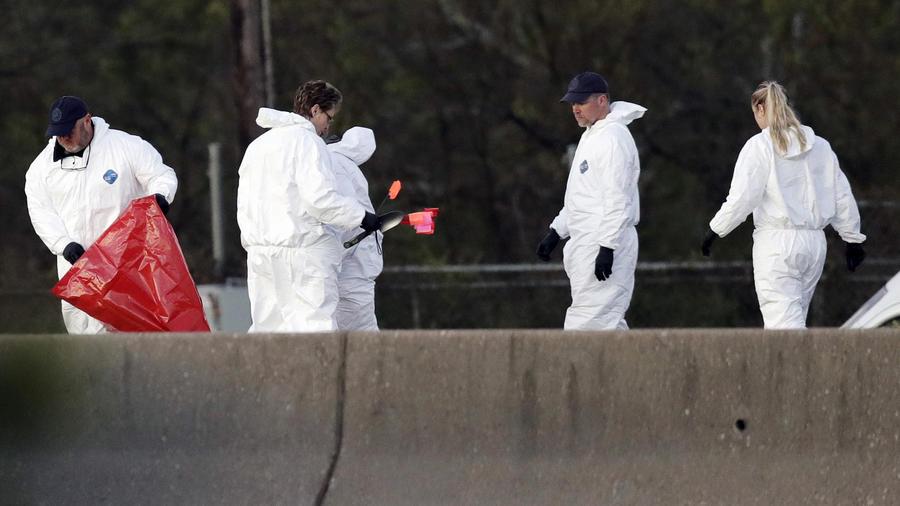Oficiales investigan el sitio donde el se inmoló el sospechoso de los ataques bombas, en Round Rock, Texas, el 21 de marzo.